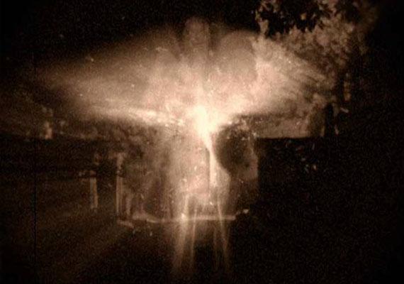 Ez a szellemfotókat idéző kép különös történettel bír. Danny Sulivan építész egy alkalommal betért egy ószereshez, ahol egy öreg filmtekercset és néhány régi levelet vett. A levelek egy második világháborús katonától valók voltak, aki arról is írt többek közt, hogy egy katonatársával angyalt láttak, miután 1944-ben kiképzés közben baleset történt: összeomlott egy híd a gyakorlatozók alatt. Aznap éjjel a helyszínen különös fényjelenség volt látható a levelek szerint, amelyet le is fotóztak. Ez a kép látható a levelekkel vásárolt filmtekercsen. Igazi lehet, vagy trükk?