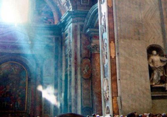 Ezt a különleges fotót Rómában, a Szent Péter-bazilikában készítette Andy Key. Azt szerette volna megörökíteni, milyen szépen árad be a napfény az ablakon: amit a képen látott, az azonban meghökkentette. Vajon tényleg angyal lehet a különös fehér alak? A fotót szakértők is megvizsgálták, és nem hamisítvány.