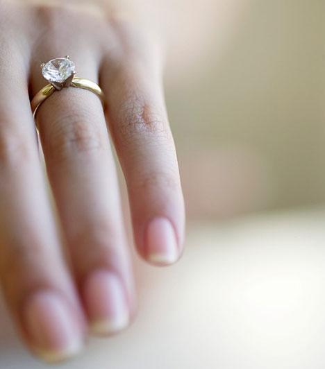 Ujjak  Az ujjak formája és hossza a nőies és férfias energiák egyensúlyáról, a kreativitásról, valamint a speciális tehetségekről árulkodik.  Kapcsolódó cikk: Mennyire tartanak szexinek a pasik? »