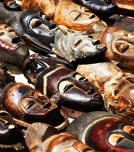 Afrikai maszkok  Ránézésre is ijesztő némelyikük, ezért nem mindenki viszi be szívesen a lakásába az afrikai maszkokat. Jobb is így, hiszen ezoterikus nézetek szerint ezek a maszkok balszerencsét hozhatnak. A maszkokban ugyanis állítólag rossz szellemek lakozhatnak, akik észrevétlenül befolyásolják negatív irányban az emberek életét. Ha nem szeretnéd, hogy ártó lelkek vendégeskedjenek hívatlanul a lakásodban, akkor ne ilyenekkel díszítsd a nappalidat.