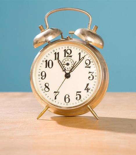 Álló óraVan a lakásodban olyan óra, amelyik nem jár? Ha igen, sürgősen tegyél bele másik elemet, javíttasd meg az órással, vagy csak egyszerűen dobd ki! A nem működő óra ugyanis balszerencsét hozhat olyan értelemben, hogy a szerelmi életedben nem tudsz tovább lépni, mert folyton a múlton, akár az exeden vagy egy csalódáson jár az eszed. Ez gátolhat téged az ismerkedésben, vagy egy új kapcsolat kialakításában.