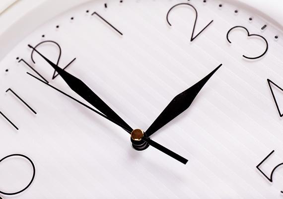 Régóta pihen a fiók mélyén vagy díszeleg a polcon egy álló óra? Nagy hiba, az álló óra ugyanis rossz erőkkel hathat rád: ha valami bánt, nem hagy túllépni a dolgon.