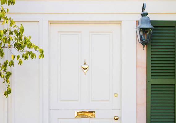 A nyugati irányú ajtók optimális színe a fehér vagy a szürke, mivel ehhez az irányhoz a fém elem tartozik, ahhoz pedig a két említett szín sorolható. Ugyanez igaz az északnyugati irányra is.