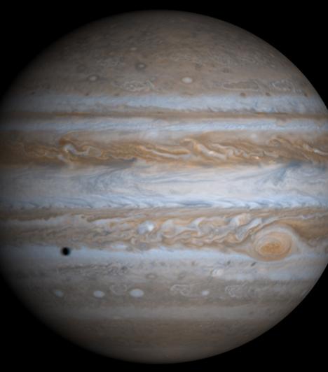 Jupiter  A Jupiter, a Nyilas és a Halak bolygója, az ötödik a Naptól, és messze a legnagyobb bolygó a Naprendszerben. Óriásbolygó, tömege két és félszerese az összes többi bolygó együttes tömegének. A többi óriásbolygóval - Szaturnusz, Uránusz, Neptunusz- együtt gyakran Jupiter-típusú, vagy külső bolygóknak nevezik. Nevét a római főistenről kapta.
