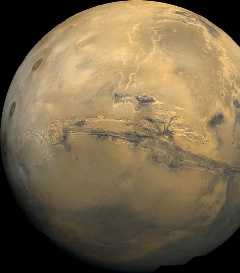Mars  A Mars, a Kos és a Skorpió ura, szabad szemmel is látható az éjszakai égbolton. A római hadistenről kapta a nevét, de gyakran hívják vörös bolygónak is a színe miatt, melyet a felszínét meghatározó vas-oxid okoz. A Mars a harmadik legnagyobb kőzetbolygó.  Kapcsolódó cikk: UFO-k tartották rettegésben a várost »