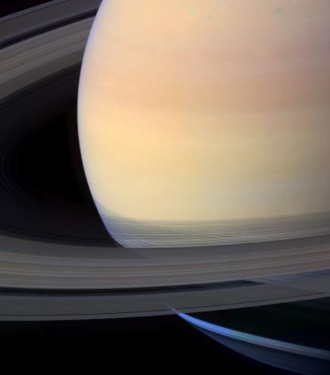 SzaturnuszSzaturnusz a vetés és az idő istenéről kapta nevét. A hatodik bolygó a Naptól számítva, a második legnagyobb a Naprendszerben a Jupiter után. Egyike annak az öt bolygónak, ami a Földről szabad szemmel is látható. A Szaturnusznak látványos, jégből és törmelékekből álló gyűrűrendszere van. A Vízöntőben és a Bakban uralkodik.Kapcsolódó cikk:Mi a boldogságod akadálya? A Szaturnusz elárulj »