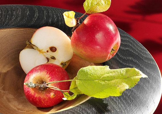 Az alma a téli időszak legelterjedtebb termékenységszimbóluma, melyet dekorációként és jóslásra is használnak. A levágott héj formájából megtudhatod a jövendőbelid nevét.