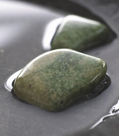 Jáde kőA bőséget bevonzó kövek közül a jáde kő az egyik legerősebb. Viseld a nyakadban ékszerbe foglalva vagy gyűrűben, esetleg tegyél néhányat egy szép bambuszedénybe!