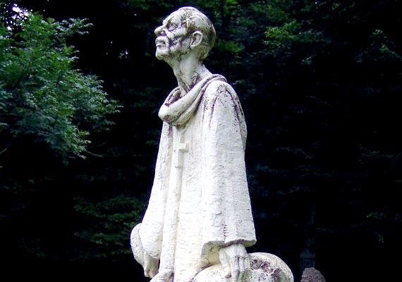 Szent Gellért püspök 1046. szeptember 24-én halt vértanúhalált. Amint eltemették, különböző csodás jelenségek és gyógyulások történtek a sírjánál, így nem sokkal később szentté avatták.Íme, a szobra Bakonybélben.