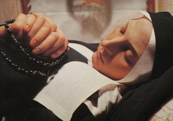 Szent Bernadette 1844-ben született, a 14 évesen látott Mária-jelenések hatására lett apáca. Mindössze 35 évet élt, holtteste pedig csodás módon ép maradt.