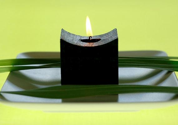 A fekete gyertya segít elűzni a negatív érzéseket és energiákat, és támogat az elengedésben, valamint a múlt lezárásában, hogy legyen helye az újnak.