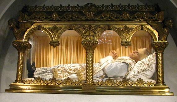 Eynard Szent Péter-Julián                         1811-ben, Franciaországban született. Az eukarisztia apostolaként ismeretes. Gyermekkorától különleges kapcsolata volt Istennel, de apja nem szerette volna, ha papnak áll. Végül 1834-ben mégis pappá szentelték. Hitoktatóknak és szerzeteseknek nyitott házakat, közülük az utóbbiak az Oltáriszentség szolgálói néven szerzetesrenddé alakultak. 1868-ban halt meg. 1925-ben boldoggá, majd 1962-ben szentté avatták. Ma a párizsi Friedland utcai kápolnában nyugszik üvegkoporsóban.