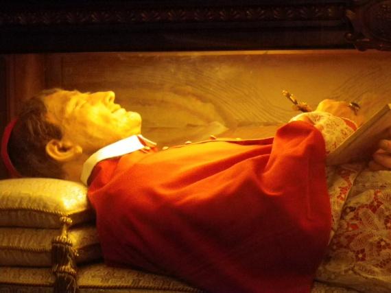 Tomasi Szent József Mária                         1649-ben született Szicíliában, vallásos nevelésben részesült gyerekkorától kezdve. Teológiát és filozófiát tanult, majd 1673 karácsonyán pappá szentelték. Teológus, pap, tudós, reformer és bíboros volt. Nevéhez fűződik a római katolikus liturgia ismertetése és megújítása, és dolgozott a Vulgata zsoltárain is. 1713-ban halt meg, a Szent Alexius-kápolnában, San Martinóban üvegkoporsóban nyugszik.