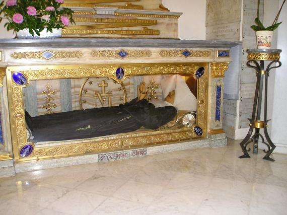 Labouré Szent Katalin                         1806-ban született egy 11 gyermekes családban, ahol is édesanyja halála után fontos részt vállalt a háztartásvezetésben. Apja nem engedte kolostorba vonulni, mert testvére is így határozott. Katalin végül mégis irgalmas nővér lett: Páli-Szent Vincével való álmai hatására nem adta fel elhivatottságát. Többször volt látomása Jézusról, és a Szűzanya is megjelent előtte. Nevéhez fűződik a szeplőtelen fogantatás dogmájának hirdetése és kegyelmet adó érmek veretése. 1876-ban hunyt el. Exhumálásakor kiderült, hogy romlatlan. 1933-ban boldoggá, 1947-ben szentté avatták. Ma az irgalmas nővérek párizsi templomában nyugszik üvegkoporsóban.