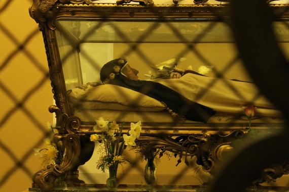 Szent Redi Teréz-Margit                         Redi Anna Mari 1747-ben született Olaszországban, Arezzóban. Bencés apácáknál tanult Fireznében, majd 16 évesen isteni hívásra a Sarutlan Karmelita Nővérek firenzei kolostorába vonult: Jézusról nevezett Terézia vagyok, és szeretnélek téged a leányaim között tudni - hallotta 1764-ben. 1765-ben felvette a Jézus Szent Szívéről nevezett Teréz-Margit nevet. Megvilágosodásának eszméje, hogy Isten a szeretet. Több írása, egyebek közt saját vérével írt levelei maradtak fenn. Betegápolóként segített másokat. 1770-ben halt meg hashártyagyulladásban. Romlatlan testét a firenzei kolostor kriptájában azóta is őrzik.