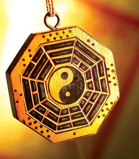 KígyóHa a Kígyó jegyében születtél, függessz egy jin-jang szimbólumot otthonod szerelemsarkába, ez egyensúlyba hozza a férfi és női energiákat és segít abban, hogy megtaláld a megfelelő társat.
