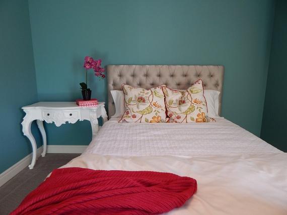 Az ágy elhelyezéseA hálószoba legfontosabb funkciója, hogy teret adjon az igazán pihentető alvásnak. Ezért kerülendő minden olyan tényező, ami ezt akadályozza: a nyílászárók közelében elhelyezett ágy például nem járul hozzá a biztonságérzet kialakulásához, de a faltól távol helyezett fejtámla is elbizonytalanít, és az sem megfelelő, ha az ajtónak háttal tud csak feküdni az ember. Az elektronikai készülékek szintén ártanak a jó energiáknak, így legalábbis távol ajánlott őket elhelyezni a pihenésre szánt területtől.