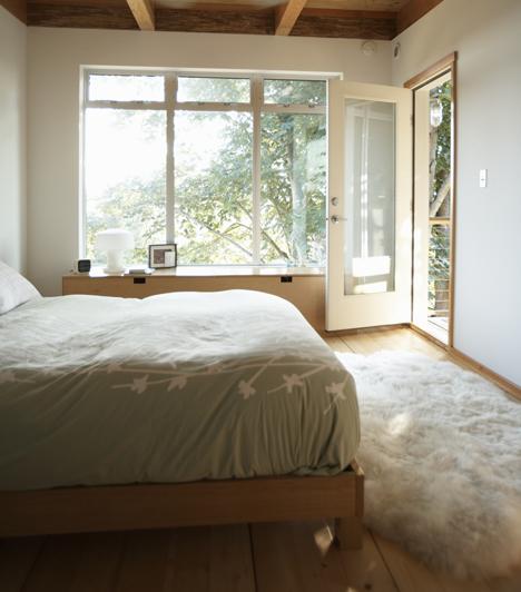 Friss levegőA tisztasághoz a friss levegő is hozzátartozik, ezért szellőztess legalább naponta kétszer, ne hagyd megrekedni az energiákat. Éjszakára azonban, amikor alszotok, zárd be az ajtót, mert így segítheted a töltődést.