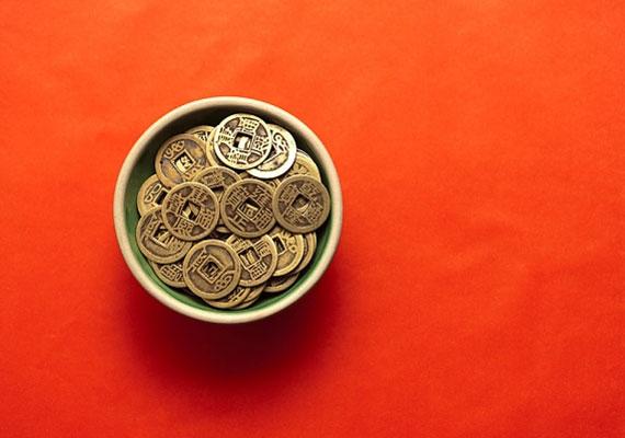 A feng shui két pénzhozó alaptartozéka a piros terítő és a pénzérmék. A legjobb, hogyha ezeket kombinálod.