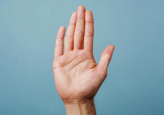 Levegő kéz                         Ismertetőjegyei a négyszögletes tenyér és a tenyérnél hosszabb ujjak.                         Kiegyensúlyozott, megbízható férfi lehet. Számára a szerelem maga a biztonság. Fontos lehet számára a változatosság, nehezen viseli az egyhangúságot, az unalmat. Kapcsolatában is erre törekedhet és ezt várhatja viszont. Idő kérdése lehet, amíg megnyílik, és néha nehéz lehet számára kimondani, megfogalmazni érzéseit és megérteni párja problémáját.