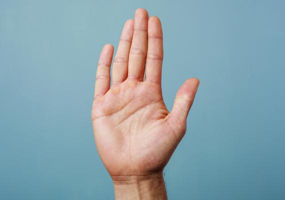 Víz kéz                         Ismertetőjegyei a hosszúkás tenyér és a hosszú, már-már kecses ujjak.                         Az ilyen kezet zongoristakéznek szokták hívni, ám ez nemcsak méretei miatt lehet találó, de a tulajdonosa is művészlélek lehet. Érzelmes, romantikus, sebezhető és erősen hangulatember lehet, valamint eléggé sértődékeny. Párjaként mindezzel szembesülhet az ember, és a boldog, hosszú kapcsolathoz ezt tudni kell tolerálni.