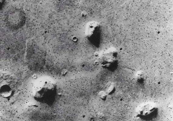 Évtizedekig tartotta lázban a kutatókat a marsi arcok rejtélye, míg ki nem derült, hogy csupán kőzetekről van szó. Vagy mégsem?