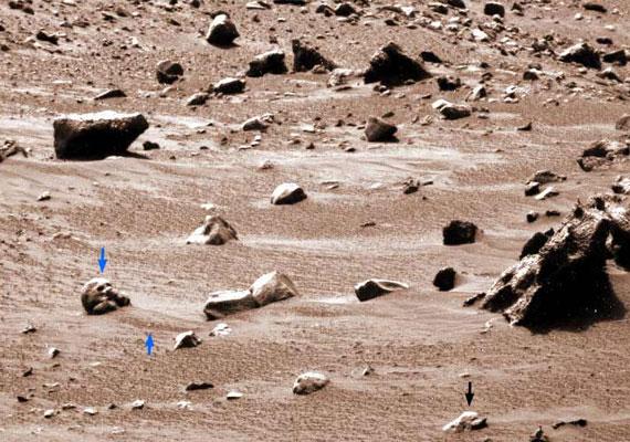 Úgy tűnik, több koponya vagy legalábbis koponyára emlékeztető kőzet is található a marsi sivatagban.