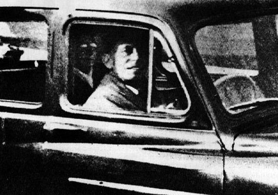 Az 1959-es képet Mabel Chinnery készítette az autóban várakozó férjéről, hogy elhasználja a fennmaradt utolsó filmkockát a fényképezőgépben. Csak később, a képet kidolgoztatva látták meg, hogy a kocsi hátsó ülésén a nő elhunyt édesanyjának az arca rajzolódik ki, akinek a sírjánál voltak a kép készítésének napján.