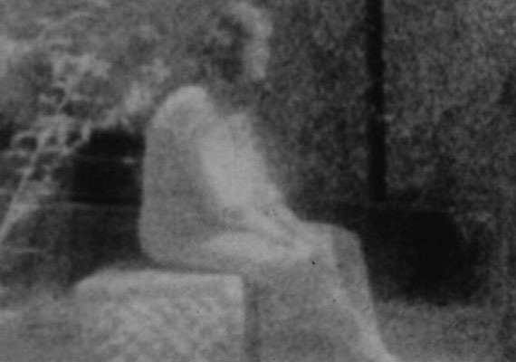 Ez a kép Illinois-ban, a Bachelor's Grove temetőben készült, mely a környéken élők szerint szellemek által látogatott hely. A kép érdekessége, hogy bár beállított portrénak tűnik, a sírkövön üldögélő nőalak a fotós elmondása szerint nem volt ott, amikor a felvétel készült.
