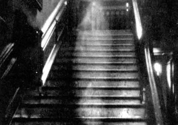 A norfolki Raynham Hallban, 1936-ban készült ez a kép, melyet sokan az egyik legnépszerűbb szellemfotóként tartanak számon. A fotós nem tudta megmagyarázni, hogyan kerülhetett oda a képen kivehető szellemszerű alak, hiszen amikor fotózott, nem látott semmit. Feltételezések szerint Dorothy Townshend szelleme lehet, aki az 1700-as években itt élt férjével, Charlesszal. Hűtlensége miatt férje bezárta őt, és így halt meg hosszú kínok után.