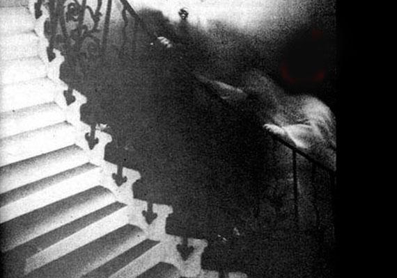 1966-ban Ralph Hardy ellátogatott a Greenwich-i Nemzeti Múzeumba, ahol - mivel magával ragadta annak szépsége - lefényképezte a lépcsőt. Később, amikor előhívta a képeket, észrevette, hogy ezen a fotón egy, a lépcsőkorlátra akaszkodó, szellemszerű alak látszik. Bár szakemberek tucatjai vizsgálták a képet, nem tudtak ésszerű magyarázatot adni a jelenségre.
