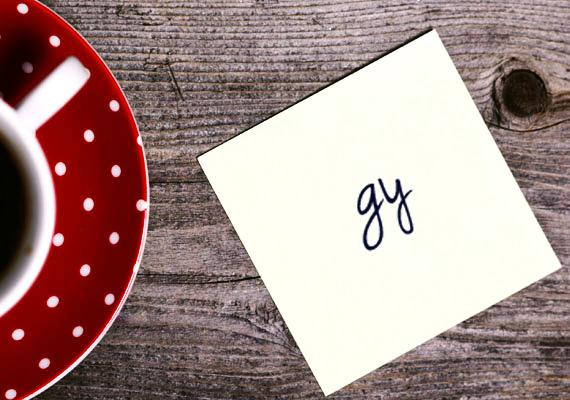A GY két betűje nem kapcsolódik? Ez némi érzelmi eltávolodásra utalhat. A diszharmóniát az is jelzi, ha a fent látható módon az egyik betű alsó hurka kisebb, mint a másiké. Ez a szexualitásban jelezhet diszharmóniát.