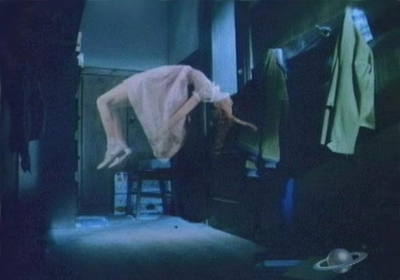Az 1988-ban készült, A fehér ruhás hölgy című történet egy szekrénybe zárt gyermek rettenetével indul. A kísértetek később igyekeznek elvegyülni a tömegben.