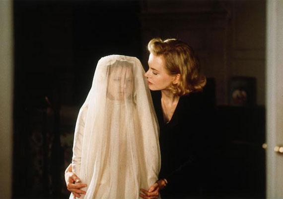 A 2001-es, Nicole Kidman főszereplésével készült Más világ története nem sokkal a második világháború után játszódik. A házban, ahol a nő gyerekeivel él, meglehetősen furcsa dolgok történnek, és lassan kiderül, hogy semmi nem az, aminek látszik.