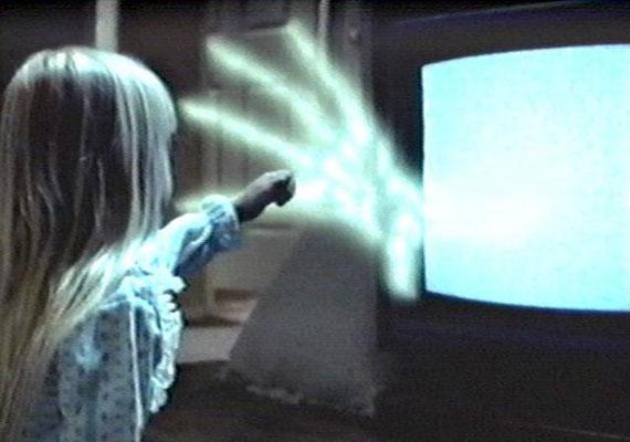 Tobe Hooper és Steven Spielberg közös filmje, az 1982-as Poltergeist már klasszikusnak számít. A kaliforniai család életét egy szellembanda keseríti meg. A hátborzongató jelenségek a film után sem értek véget, a főszereplő, Heather O'Rourke fiatalon meghalt.