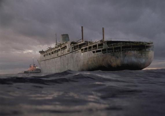 A szellemhajó című, 2002-es amerikai-ausztrál horrorban roncsmentők bukkannak a rég eltűnt luxus-óceánjáróra. Ám a járművet gonosz erők tartják fogva.