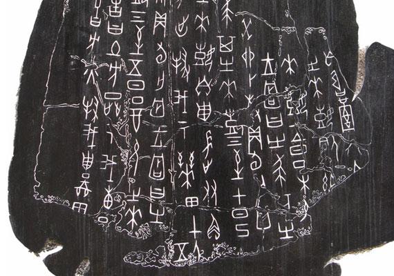 A kínaiak jóslócsontokat használtak a jövő kifürkészésére. Így tudta meg Wu Ding kínai uralkodó 3200 évvel ezelőtt, hogy szerencsétlenség fenyegeti az országát. Nem sokkal később megérkeztek az ellenséges csapatok.