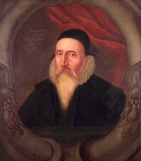 John Dee  John Dee (1527–1608 vagy 1609) angol matematikus, csillagász és asztrológus volt, I. Erzsébet királynő tanácsadója. Nemcsak természettudománnyal, hanem mágiával, alkímiával, jóslással is foglalkozott, és a hermetikus tanokat kutatta. Műveltsége tette lehetővé, hogy korának legelismertebb tudósai között kapjon helyet és beleszólása legyen a politikába is.