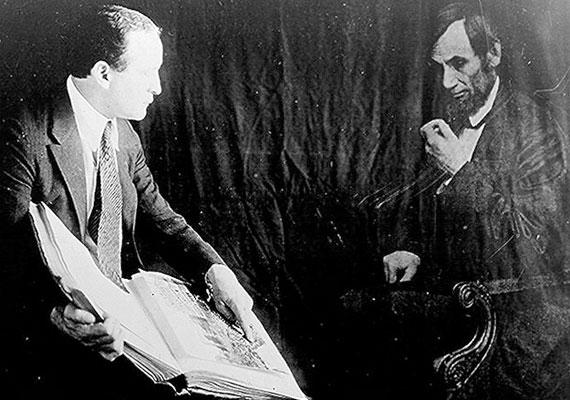 Lincoln szelleme sem tért nyugovóra a híresztelések szerint, a Fehér Házban még ma is feltűnik néha. Ezen a képen a híres bűvésszel, Houdinivel látható egy fotón.