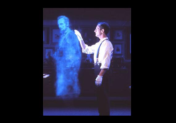 Ezen pedig már modern hologramtechnikával megalkotva, a Lincoln Múzeumban.