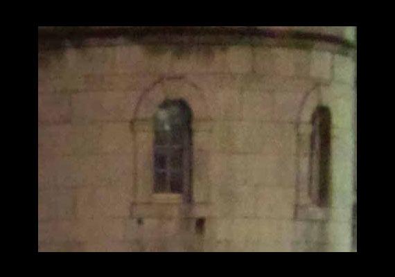 A londoni Tower az egyik legismertebb kísértettanya. Itt vélték többen is látni Boleyn Anna lefejezett szellemét. Talán ő figyel az ablakból?