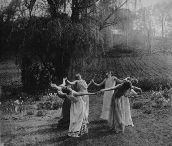 Európában a boszorkányüldözés a 14-15. században kezdődött, és az 1700-as évekig zajlott tömeges formában. Az utolsó boszorkányper a 20. század közepén volt, Helen Duncan pere, akiért Winston Churchill is szót emelt annak idején.Bár elítélték, 1944-ben szabadult, és meg kellett ígérnie, hogy soha többet nem tart szeánszot.