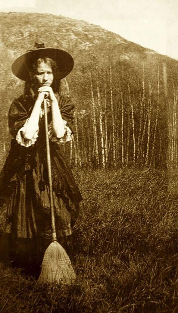 Kétféle boszorkány létezett a régi elképzelések szerint: striga, azaz seprűs boszorkány, aki éjszakánként állatalakban okoznak látomásokat és támadnak alvó emberekre, illetve malefica (nő) és maleficus (férfi), azaz boszorkánymester, aki a varázslatok és a rontásküldés ismerője.
