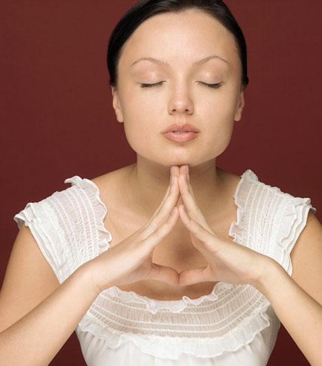MeditációA meditációs gyakorlatokat az elme megtisztításához és a fölösleges vagy ártó gondolatok kiiktatásához használhatod. A legtöbb meditáció a tudatban létrejövő gondolatfolyam megfigyelésével kezdődik, mely lehetővé teszi, hogy kiürítsd elmédből a haszontalan gondolatokat, így arra tudj fókuszálni, ami fontos számodra.Kapcsolódó cikk:Milyen családi karmát cipelsz? »