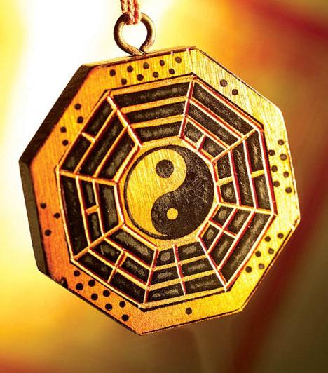 Feng shui  Ha lakótered szerelem sarkát a feng shui szerint rendezed be, fontos lépést teszel a boldog párkapcsolat felé. Helyezz el itt piros színű és rózsaszín tárgyakat, lehetőleg kettesével. Fontos, hogy páros szimbólumok legyenek itt - mint amilyen a jin-jang forma.