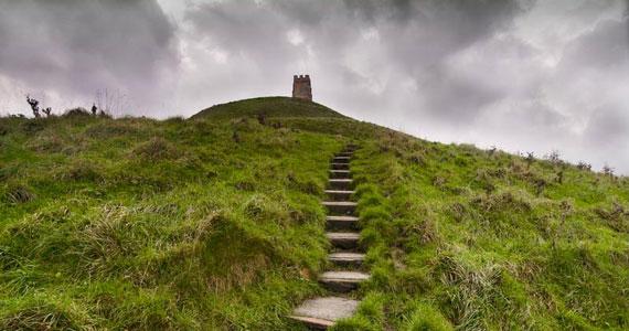Glastonburyt sokan az Arthur-legendákban szereplő Avalonnal azonosítják, ahol átjárás nyílt a magasabb dimenziókba.