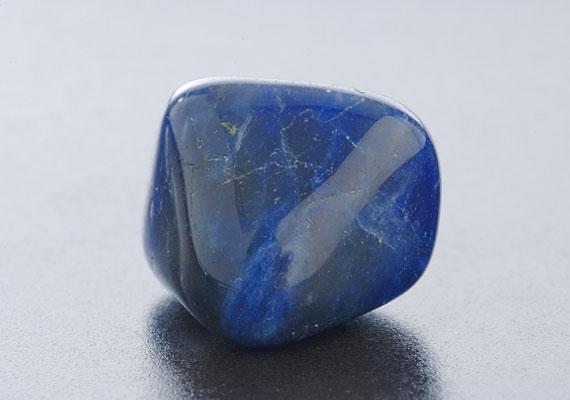 A lápisz lazuli a tisztánlátásban segít, valamint a médiumi képességeket erősíti.
