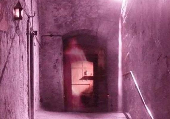 2003-ban különös dologra lettek figyelmesek a Skóciában, Edinburgh-ban készült képen, amelyet a Mary King's Close akkor frissen megnyitott, éppen renovált részlegén készítettek. A fotón egy magas nőre emlékeztető, ködös árnyalak van: vajon valakinek a szelleme volt?