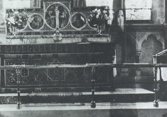 Ez a szellemfotó Észak-Yorkshire-ben, a Newby-templomban készült. Egy bizonyos K. F. Lord nevű pap készítette, a képen azonban egy furcsa, szerzetesszerű alak is látható, nemcsak az, amit a pap szeretett volna megörökíteni.