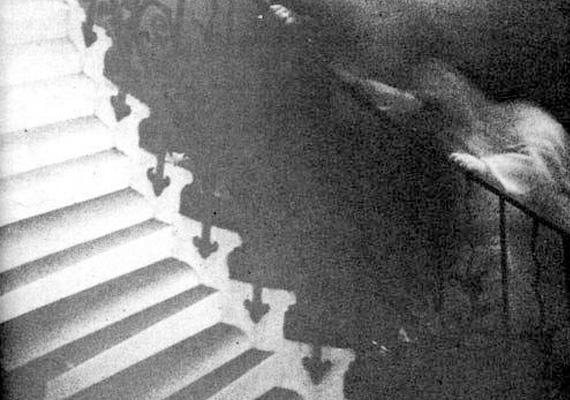 Angliában, a greenwichi National Maritime Museum Tulipán lépcsőjénél készült ez a hátborzongató felvétel. A fotós eredetileg a szép lépcsőt akarta lefényképezni - nem sejtette, mit fog látni az előhívott felvételen.